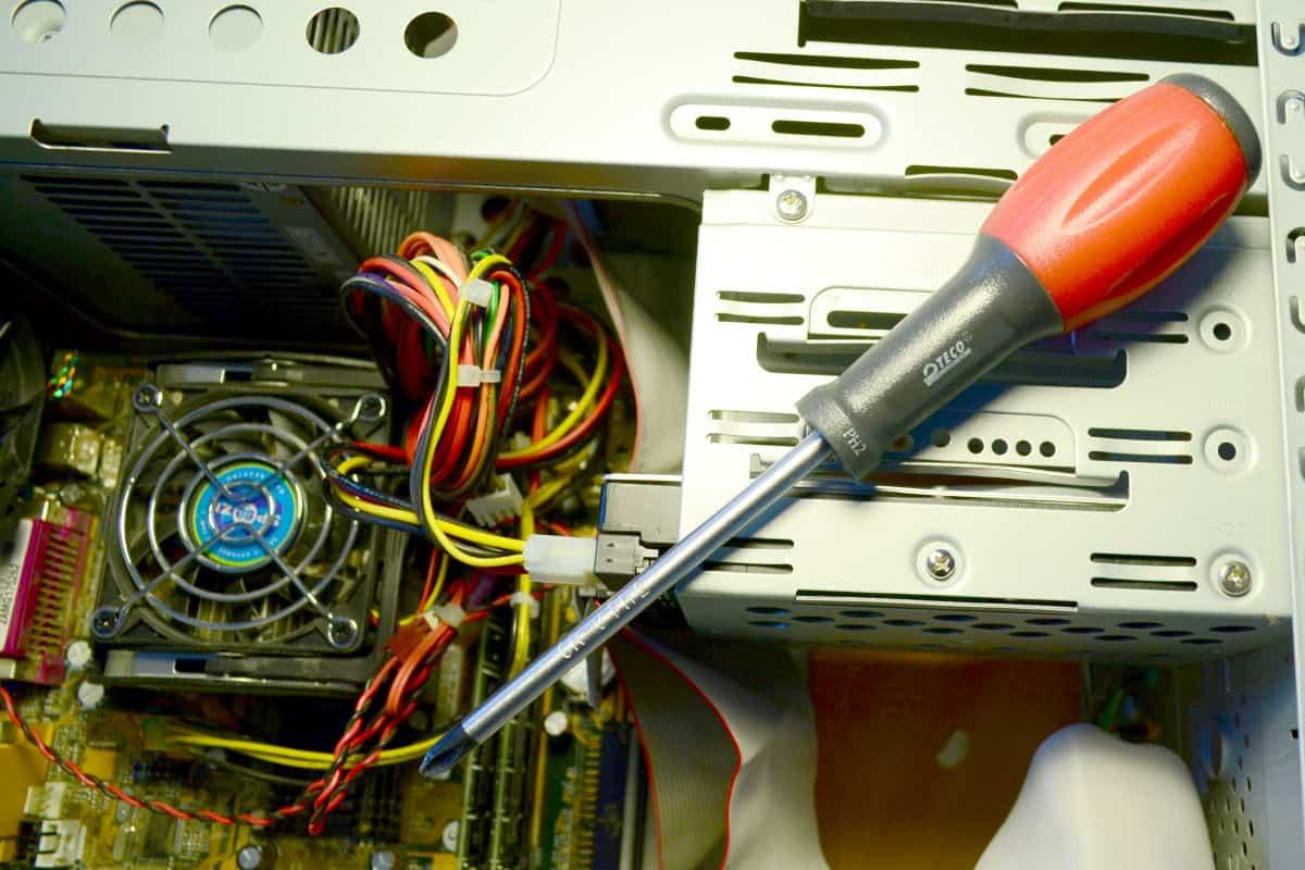 šroubovák u otevřeného počítače